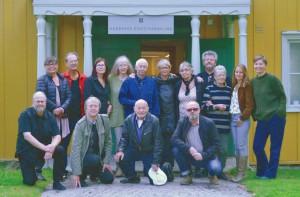 Medlemmar ur Huddinge Konstnärsklubb utanför HKKs utställningslokal Flygeln, Fullersta gård i Huddinge