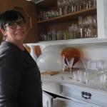 Gun visar en glas-serie som hon gjort för Kosta Boda AB