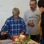 Margareta Röstin visar papperstillverkning på workshop för konstnärer i Nuuk