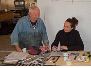 Svenerik ger handledning på workshop för konstnärer i Nuuk