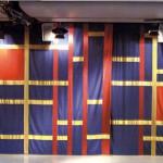Margareta Röstin. Detalj av textilridå i Aulan Huddinge gymnasium