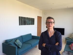 Pamela Wilson i Mälarhöjden med väggutsmyckning i väv och koppar.