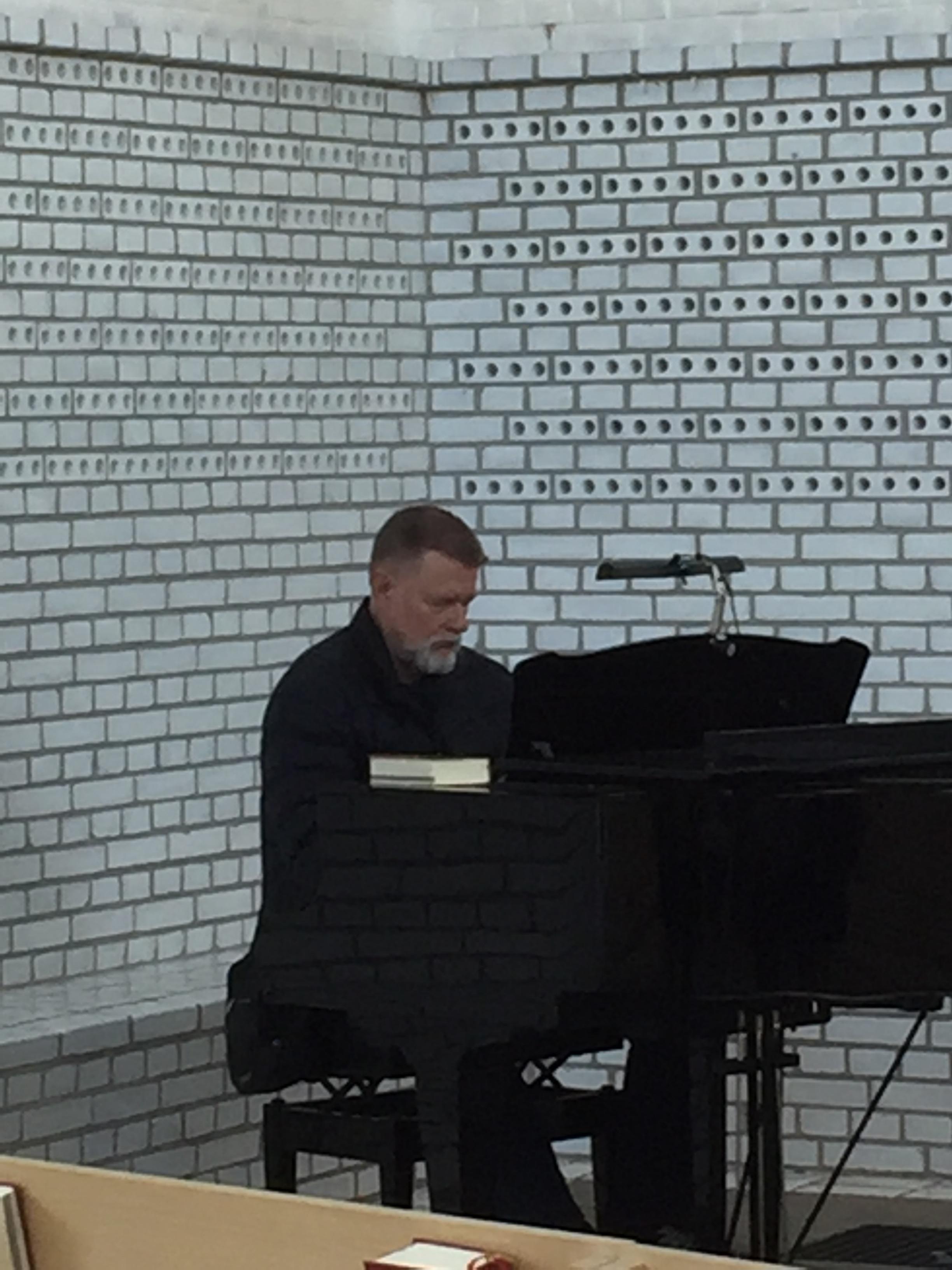 En av deltagarna Thomas Julin provade akustiken i kyrksalen