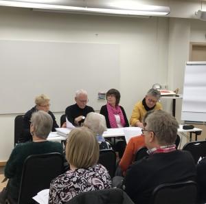 Delar av HKKVs styrelse fr. v. Ann-Lovis Eliasson, sekreterare, Gunnar Rönnestig, kassör och Renée Fougstedt, ordförande. Längst t.v. Håkan Bull ordförande i HKK och årsmötesordförande.